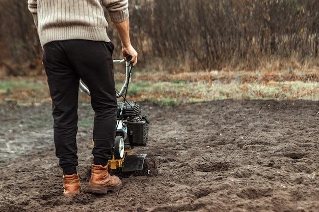 O cultivador solta o chão.