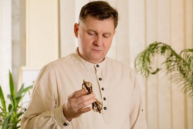O curandeiro mestre do reiki trabalha com vajra