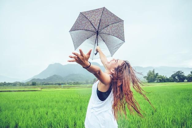 O curso asiático da mulher relaxa. as mulheres estão em guarda-chuvas de chuva.