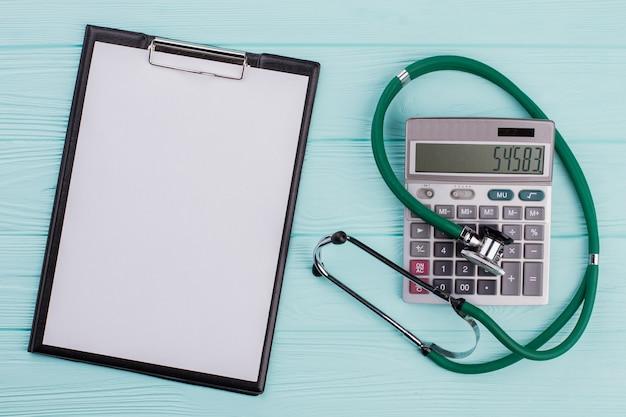 O custo do conceito de saúde consiste na calculadora do estetoscópio. área de transferência vazia no lado esquerdo.