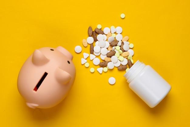 O custo do medicamento. comprimidos, cofrinho em um amarelo