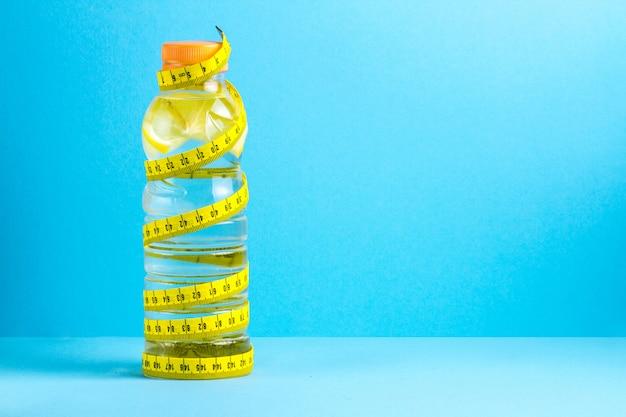 O da perda de peso, estilo de vida saudável. esporte. água de desintoxicação, água de limão. espaço da cópia