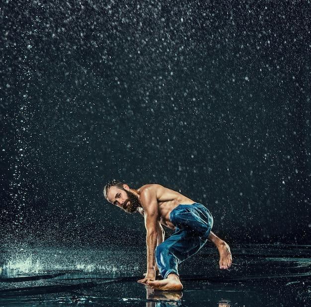 O dançarino de break masculino na água.