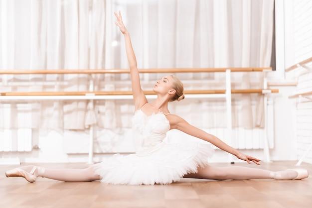 O dançarino profissional ensaia na classe do bailado.