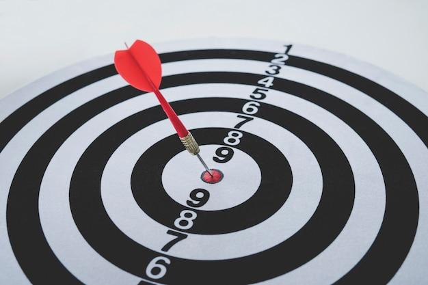 O dardo atingiu o alvo de perto. acerto bem direcionado. vencendo a competição. sucesso nos negócios. conquista na vida. vá para seu objetivo. atingir os objetivos. o jogo de dardos. alvo de esportes. publicidade direcionada Foto Premium