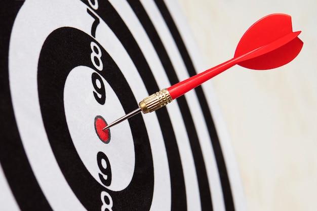 O dardo atingiu o alvo de perto. acerto bem direcionado. vencendo a competição. sucesso nos negócios. conquista na vida. vá para seu objetivo. atingir os objetivos. o jogo de dardos. alvo de esportes. publicidade direcionada