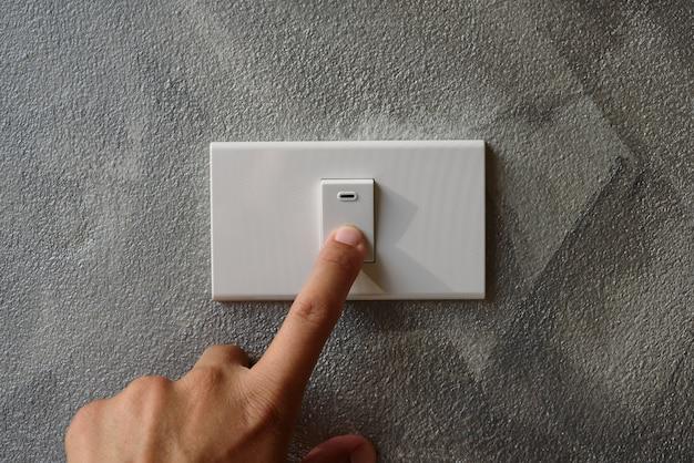 O dedo está ligado ou desligado no interruptor de luz.