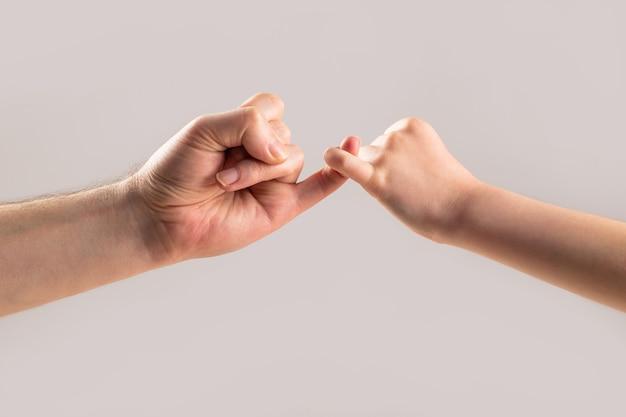O dedo mínimo das duas mãos se juntam. mostre perdão por amizade