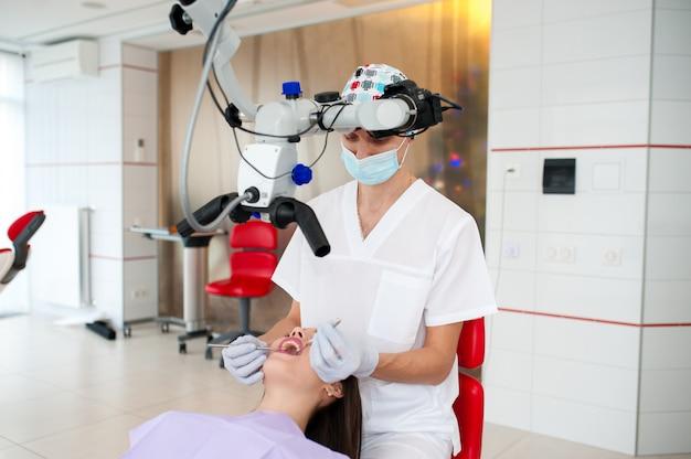 O dentista está optando por uma menina bonita em odontologia