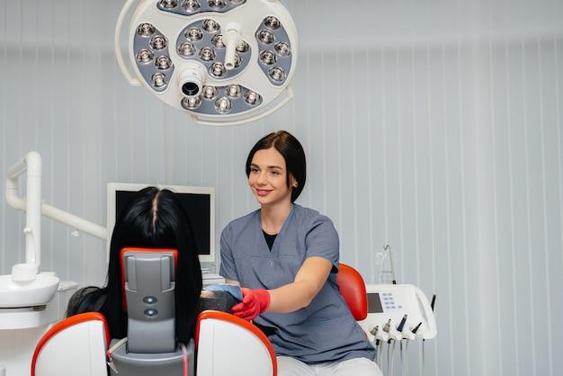 O dentista realiza um exame e consulta do paciente. odontologia.
