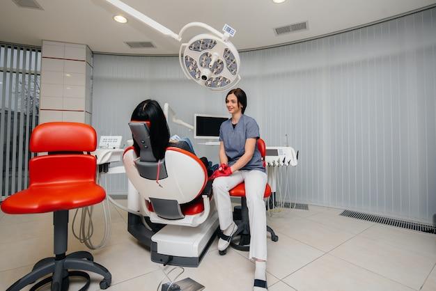 O dentista realiza um exame e consulta do paciente. odontologia