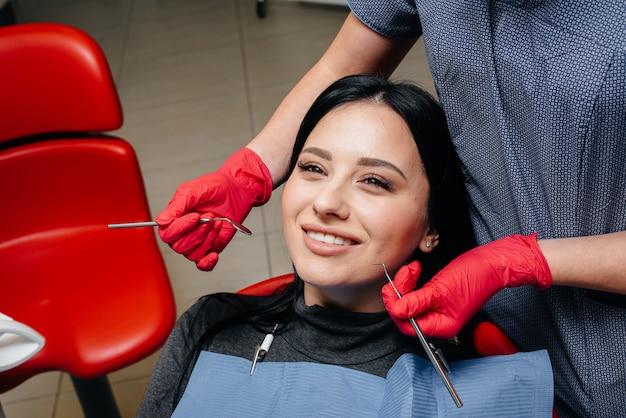 O dentista trata os dentes da garota no paciente. odontologia. fechar-se.