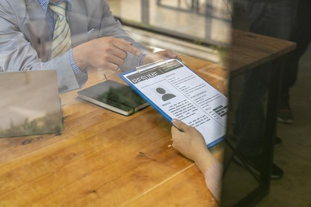 O departamento de rh está analisando os currículos dos candidatos a empregos; os currículos são documentos importantes para a inscrição no emprego. deve conter currículo, histórico de treinamento, educação, talento, habilidades de trabalho, etc.
