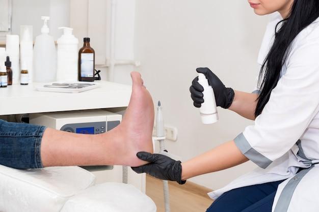 O dermatologista trata o paciente na clínica moderna.