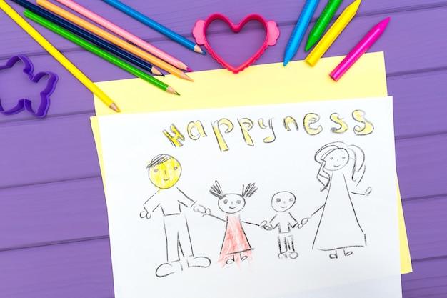 O desenho de uma família de uma criança é pintado