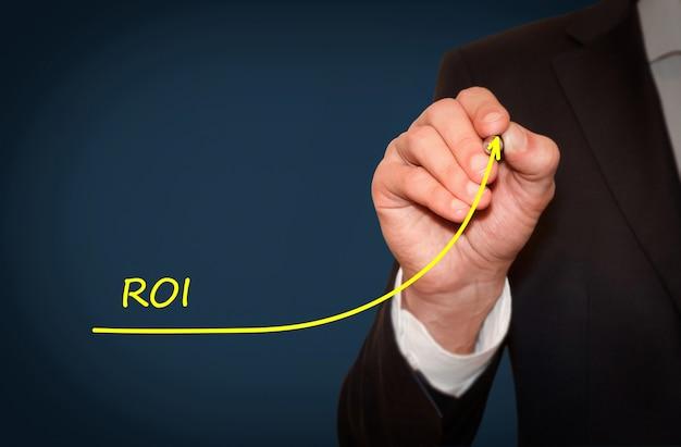 O desenho de uma linha de crescimento do empresário simboliza o retorno do investimento do roi crescente