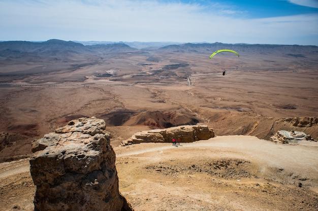 O deserto vermelho-amarelo em mitzpeh-ramon, israel.