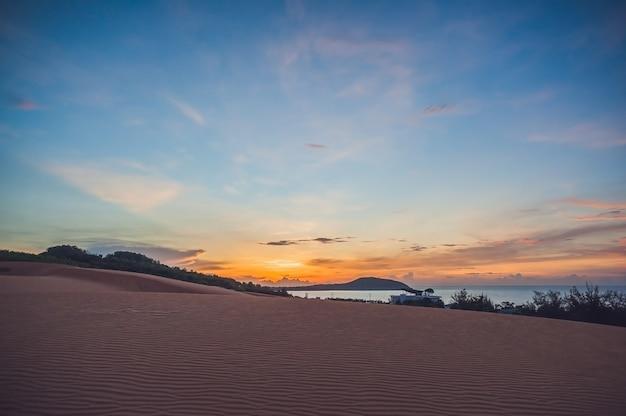 O deserto vermelho no vietnã ao amanhecer Foto Premium
