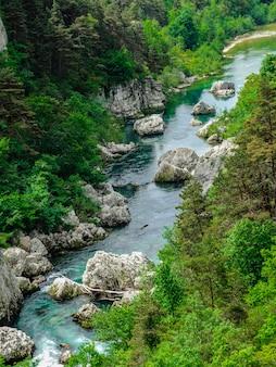 O desfiladeiro de verdon, grand canyon du verdon, rio verde-turquesa de cor verdon com pedras brancas e vegetação verde, alpes da alta provença, frança
