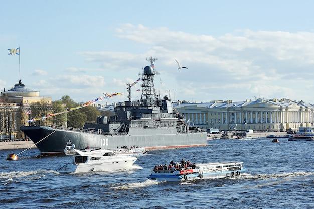 O desfile de navios de guerra no rio neva, em são petersburgo, em homenagem aos 70 anos de vitória na grande guerra patriótica. grande navio de desembarque