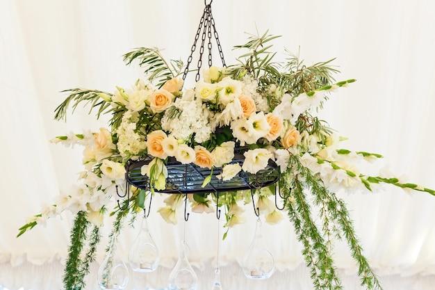 O design e a decoração da mesa de casamento para noivos