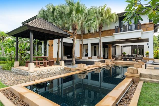 O design exterior da casa, casa e villa com piscina inclui piscina, terraço, jardim paisagístico e espreguiçadeira