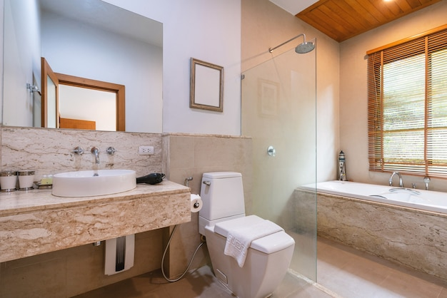 O design interior da casa, casa, villa e apartamento apresenta banheiro, espelho