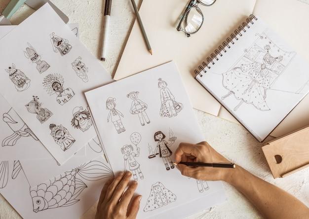 O designer desenha personagens animados.