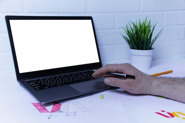O designer gráfico projeta um logotipo sobre um fundo de esboços e desenhos em uma mesa.