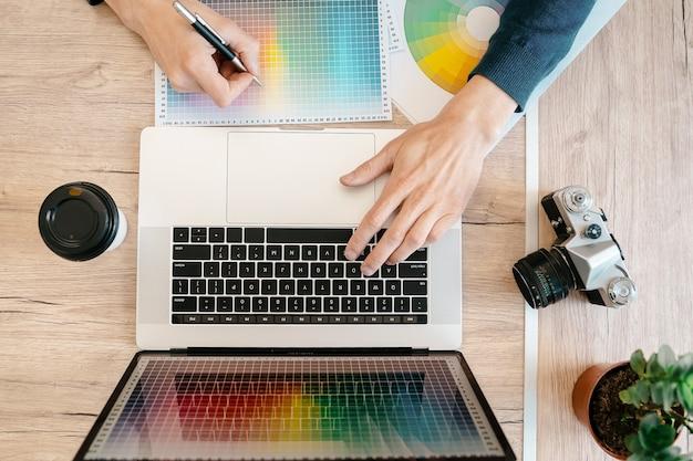 O designer trabalha com uma paleta de cores