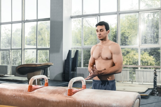O desportista antes de exercício difícil, ginástica esportiva