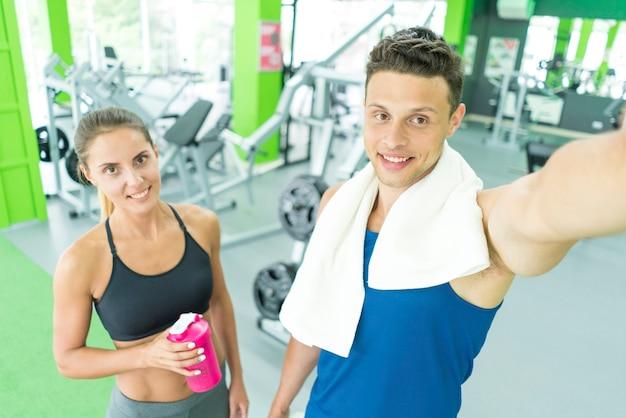 O desportista e a desportista fazem uma selfie no centro desportivo