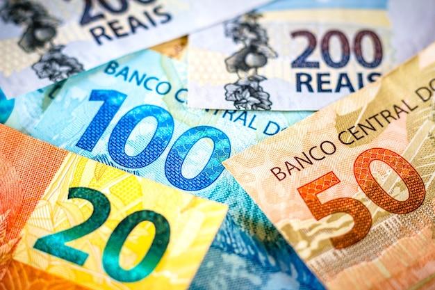 O detalhe das notas de duzentos e cento e cinquenta e vinte reais o real é a moeda do brasil