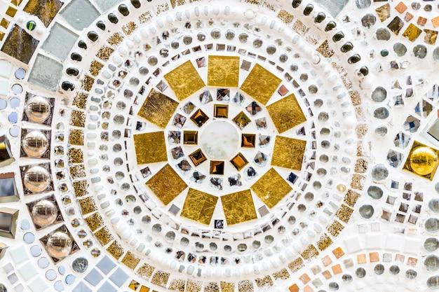 O detalhe de uma bela e antiga decoração de mosaico de cerâmica abstrata foi destruído.