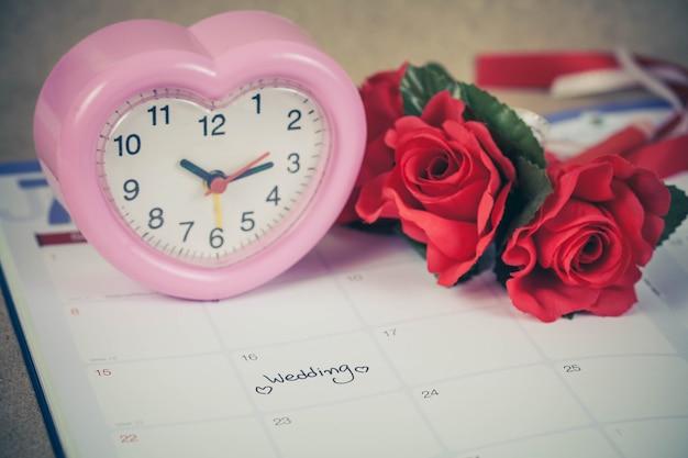 O dia do casamento do lembrete no planeamento do calendário e o coração assinam com tom da cor.