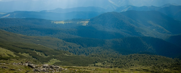 O dia ensolarado da manhã está na paisagem montanhosa. cárpatos, ucrânia, europa. mundo da beleza. grande resolução.
