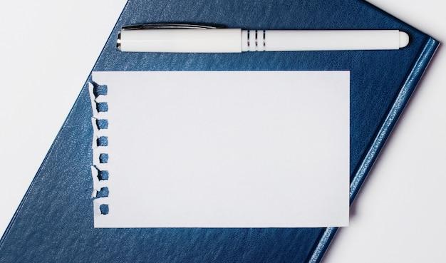 O diário azul está sobre uma superfície clara