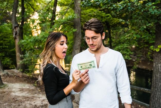 O dinheiro é gasto rapidamente em um casal recém-casado