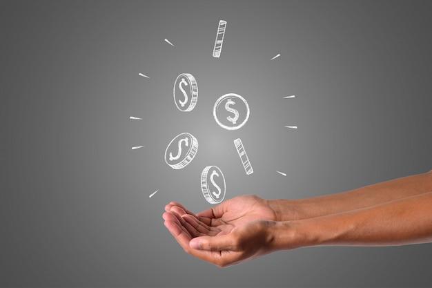 O dinheiro escreve com giz branco está na mão, desenhar conceito.
