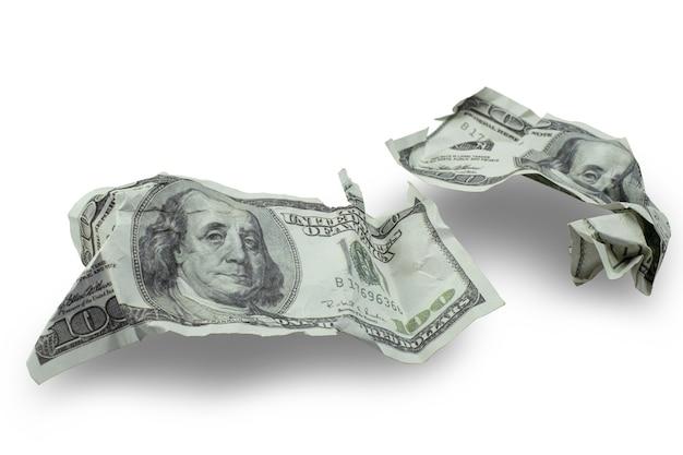 O dinheiro esmagou notas de cem dólares isoladas no fundo branco com traçado de recorte
