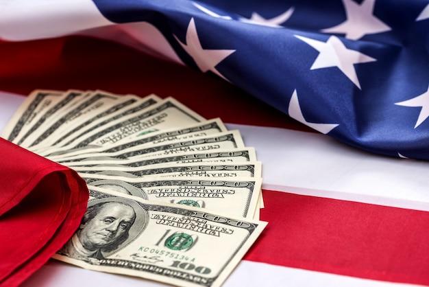 O dinheiro na bandeira americana está de perto