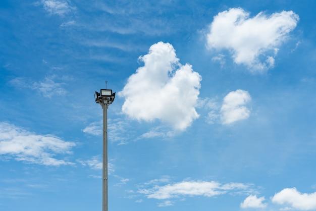 O diodo emissor de luz ilumina luzes conduzidas de aço com fundo do céu azul e da nuvem.