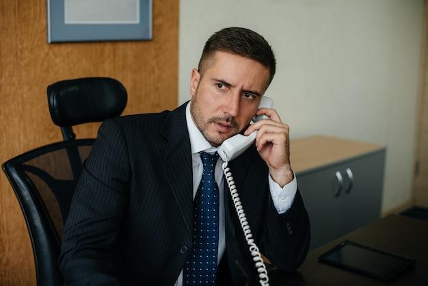 O diretor está falando no escritório por telefone. o negócio