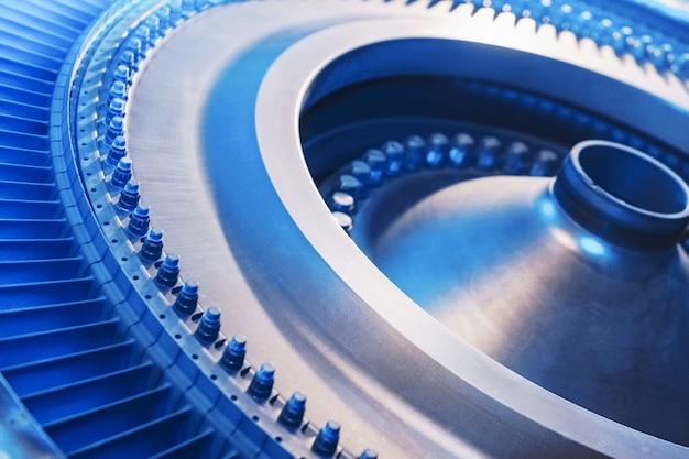 O disco do rotor com as pás de um motor de turbina a gás turbojato com um brilho azul