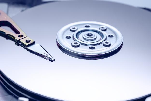 O disco espelhado interno do disco rígido em visualização de perto.