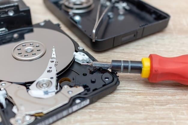 O disco rígido quebrado antigo conduz a composição em um serviço de recuperação de reparo.