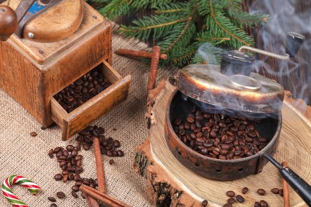 O dispositivo para torrar grãos de café, um moedor de mão de idade.