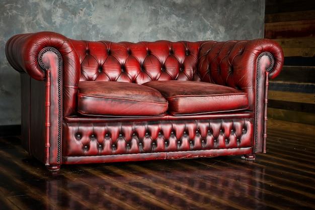 O divã é uma homenagem da cor bordô no interior.
