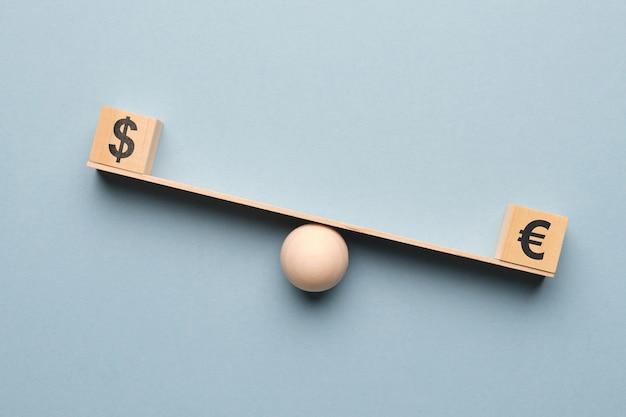 O dólar supera o euro na balança.