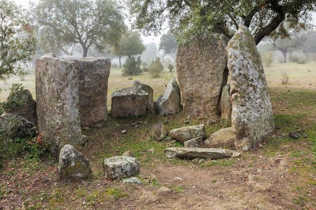 O dolmen de hijadilla é do tipo de câmara circular com longo corredor, localizado perto de cáceres,